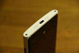An der Unterseite des Lumia 920 befinden sich zwei Torx-Schrauben, der Mini-USB-Port sowie zwei Lautsprecher-Öffnungen.