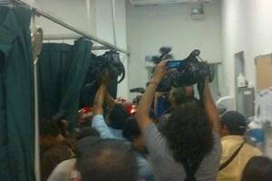 Die Reporter versammeln sich zahlreich im Krankenhaus