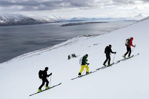 Wer im Winter ins Gelände geht, tut gut daran, einen lokalen Guide zu buchen. Das ist in Island nicht anders als sonst wo auf den Bergen. Aber auch im Sommer sei es Ungeübten angeraten, auf einer Insel, die großteils tatsächlich Wildnis ist, nicht einfach ins Backcountry aufzubrechen. Leifur Örn Savarsson war vor 15 Jahren einer der Mitbegründer der Icelandic Mountain Guides. Heute sind die Guides Islands größter und Outdoor-Tourenanbieter. Geführt wird in Grönland und Island - das Angebot reicht von Eisklettern und Wandern bis hin zu mehrtägigen Strick(!)-Touren durch Island. Landesinfo: www.visiticeland.com