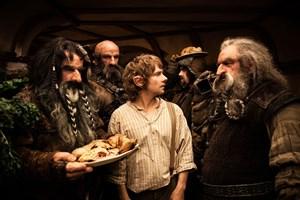 Hobbit Bilbo Beutlin (Martin Freeman, Mi.) erhält Besuch von schön frisierten, trotzdem etwas ungehobelten Zwergen.