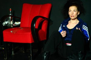 """""""Mindfuckerei"""": Amy, gespielt von Karola Niederhuber, kriegt in ihrem Leben kein Bein auf den Boden."""