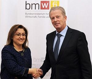 Die türkische Familien- und Sozialministerin Fatma Sahin (li.) besuchte Wien - hier mit dem österreichischen Wirtschaftsminister Reinhold Mitterlehner.