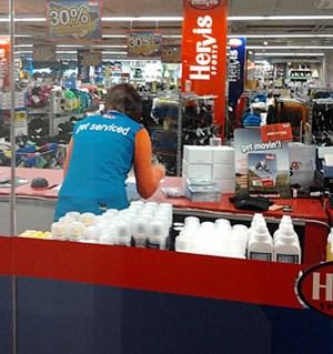 """""""Get serviced"""" - Das soll ab der letzten Dezember-Woche nicht mehr auf den T-Shirts der Hervis-VerkäuferInnen zu lesen sein. Der Marketing-Abteilung sei ein """"Fehler"""" passiert, heißt es aus dem Unternehmen."""