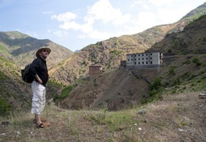 Fatos Lubonja vor dem einstigen Gefangenenlager Spac, wo er 17 Jahre als politischer Häftling verbrachte. In seinen Tagebüchern hatte er das Hoxha-Regime kritisiert und wurde verraten.