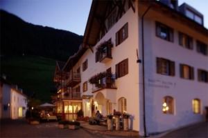 Unterkunft in Karthaus: Eine Nacht im Hotel Zur Goldenen Rose kostet zwischen 72 und 111 Euro. Das Hotel verfügt über Sauna und Wellnessbereich. Die Appartements ein paar hundert Meter weiter sind mit Kaminen ausgestattet und dienten dem STANDARD als Stützpunkt für die Recherche.