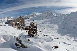 Auf die Schutzhütte zur Schönen Aussicht kommt man im Winter mit Skiern, gleich vor der Haustür beginnt die Abfahrt. Die Hütte hat sowohl Lager als auch Zimmer sowie eine Außensauna - zudem ist die Nächtigung im Iglu möglich.Weitere Info: www.schnalstal.com