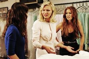 Vorab ein Fleck auf dem Brautkleid? Lizzy Caplan (li.), Kirsten Dunst, Isla Fisher in Nöten.