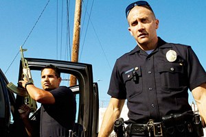 "Polizisten in South Central L. A. arbeiten unter erhöhter Lebensgefahr: Jake Gyllenhaal (re.) und Michael Peña in David Ayers packendem Cop-Thriller ""End of Watch""."