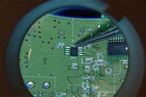 """Der EEPROM-Chip, ein Speicher etwa in Telefonen und Computern, ist einer der """"Darsteller"""" in Dannoritzers Film, der weltweit Empörung unter Konsumenten und Umweltschützern auslöste."""