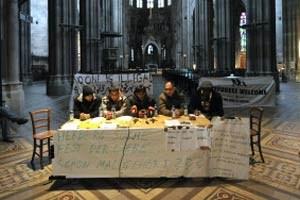 """Pressekonferenz unterm Kruzifix: Mittwochvormittag präsentierten die Refugees in der Votivkirche ihre neuen Forderungen.Cremers Photoblog: """"Flüchtlinge in der Votivkirche"""""""