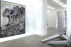 Kontemplativ und gewaltig: Welle und Wellenbrecher in Hans Weigands aktueller Ausstellung bei Senn.
