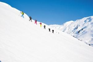 Belohnt wird eine Skitour nicht nur durchs Panorama, sondern auch durch eine Abfahrt im freien Gelände. Gefahren sind nie auszuschließen.Info: www.skitourenwinter.at