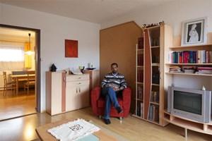 """""""Großartige Möbel braucht man als Priester ja sowieso nicht."""" Diakon Kidane Wodajo Korabza in seinem vorübergehenden Wohnzimmer in Weer."""