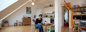 Dorothee Hartinger in der Wohnküche am Tisch ihrer kleinen Tochter, an dem sich aber auch gerne Erwachsene niederlassen, wie die Schauspielerin erzählt.