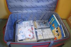 Ein Koffer voller Lernunterlagen.