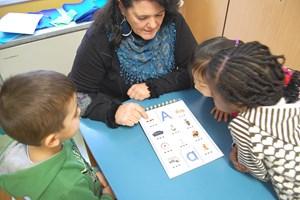 Einmal pro Woche lernt Renate Guldan mit den Kindern.