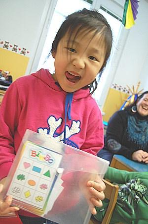 Chanel - ihre Eltern kommen aus China - will Bingo spielen.