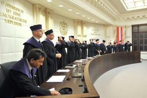 Die Mitglieder des Verfassungsgerichtshofs erachten die bisherige Zeremonie bei der Eingetragenen Partnerschaft für verfassungswidrig.