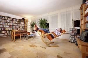 """""""Zum Glück ist das hier eine Eigentumswohnung!"""" Heinz Mayer in seinem Lese- und Schlafschaukelstuhl in Mödling."""