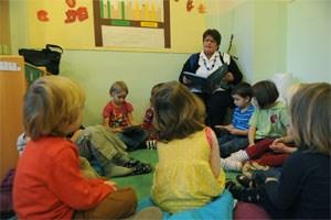Durch Vorlesen Deutsch lernen. Lesepaten sollen nichtdeutschsprachige Kindern helfen ihre Defizite auszubessern.
