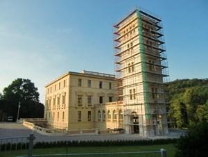 Das Schloss wird derzeit renoviert und ist daher nicht öffentlich zugänglich. Es kann jederzeit mit dem Eigentümer Walter in Kontakt getreten werden. Er ist unter 0664/319 00 70 oder 0676/319 00 70 erreichbar.Informationen: Marktgemeinde Sieghartskirchen