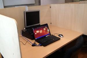 Über diese Laptops laufen rund 10.000 Tests pro Jahr.