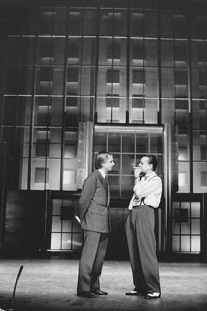 """Zadeks Inszenierung des """"Kaufmanns von Venedig"""" (mit Gert Voss, re. , 1988): ein Hauch von Wall Street (Wilfried Minks)."""