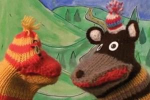 """Die Gruppe monochrom steht nicht nur für Performance und Happening: Die Sockenfiguren Kiki & Bubu erfand man 2006 für die für Okto-TV produzierte """"Taugshow""""."""