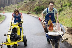 "Ungleiche Kollegen, ""on the road"" in Texas: Emile Hirsch (li.) und Paul Rudd in David Gordon Greens ""Prince Avalanche""."