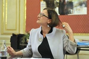 """Johanna Mikl-Leitner (ÖVP) schenkt dem STANDARD ein Haar - eine toxikologische Analyse davon bereitet ihr keine Sorgen: """"Sie werden zu 100 Prozent nichts finden!"""""""