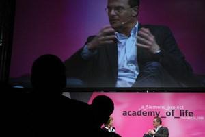 """""""Das Problem ist, dass alle mit Durchschnitt zufrieden sind"""" - Markus Hengstschläger im Gespräch mit Barbara Rett am Galaabend der Siemens Academy of Life."""