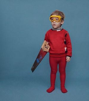 Carl mit Fuchsschwanz und Heimwerkerbrille. Der Pullover stammt aus der Kollektion seiner Mama.