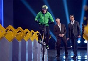 Wettkandidat Daniel Rall hat Bierflaschen mit den Speichen seines Fahrrads geöffnet.