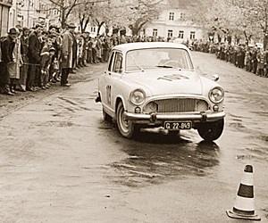 Als Renn- noch Breitensport war: Autoslalom zum Gaudium des Volkes. Am Steuer sitzt übrigens ein gewisser Jochen Rindt.