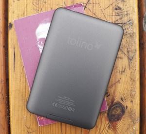"""Die Rückseite ist minimalistisch gehalten, je nach Lichteinfall schimmert das """"Tolino""""-Logo mehr oder weniger wahrnehmbar."""