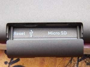 Der microUSB-Anschluss und der microSD-Einschub verbergen sich hinter einer Abdeckung am unteren Rand des Tolino.