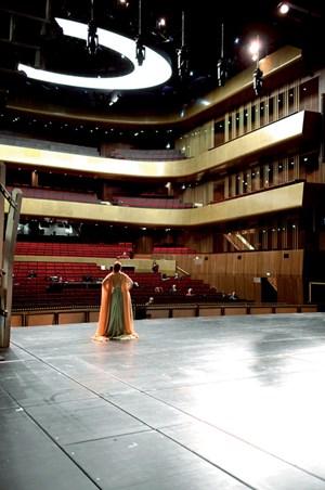 Großer Saal. Der Innenraum ist die große Stärke des neuen und sehr, sehr großen Musiktheaters: gedämpfte Akazie, roter Samt und goldfarbener Metallfilm auf den Rängen.