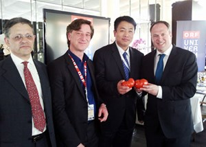 """Universum""-Chef Andrew Solomon, Stefan Ströbitzer (Leiter der ORF-Abteilung Programminnovation und Qualitätsmanagement), Liu Wen (CCTV Managing Director) und ORF-Direktor Richard Grasl."