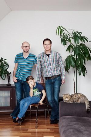 """""""Dass wir zwei Väter sind, brauchen wir nicht lange zu erklären, das leben wir"""": Michael, Jürgen und ihr Pflegesohn."""