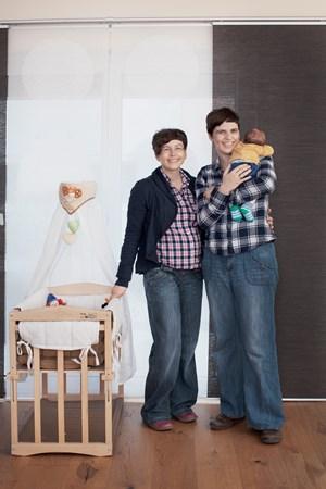 """""""Es gibt Geschichten, die brauchen Gesichter!"""" – Marianne, Tania und ihr frischgeborener Sohn Elias."""