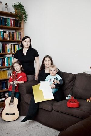 """""""Wir vier sind die biedere Vorstadtfamilie"""": Sonja, Julia mit ihren Kindern Sara (5) und Jonas (1)."""