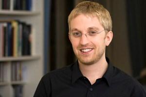 """""""Mich beeindrucken Geschichten viel mehr, in denen mit wissenschaftlicher Medizin in Krankenhäusern Ergebnisse erzielt werden, über die man vor ein paar Jahren nur gestaunt hätte. Das sind die tatsächlichen, realen Wunder"""", sagt Quantenphysiker Florian Aigner."""