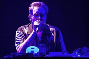 Der recht bärbeißige Anarchist Mark Stewart brachte Dub-Beats und auch Wut in Form von Geräuschen nach Krems.