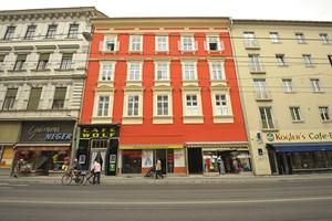 Gummi Neger, ein alteingesessener Fachhandel für Gummistiefel, Gartenschläuche und mehr aus Kunststoff, ist eines der wenigen alten Geschäfte, die auf der Annenstraße überlebten. Nebenan leuchtet ein frisch renoviertes Haus.