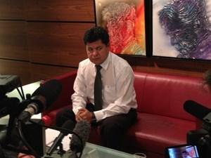 Empört: Boliviens Verteidigungsminister Rubén Saavedra Soto verliest am Flughafen Wien eine Erklärung.