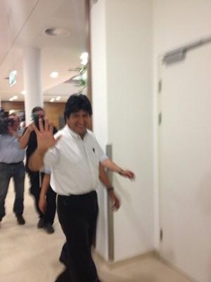 Der bolivianische Staatspräsident ist auf den Gängen des VIP-Terminals sichtlich besser gelaunt als sein Verteidigungsminister.