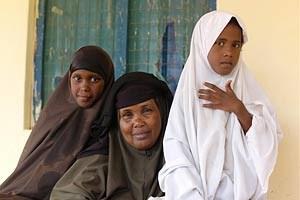In Kenia ist die Zahl der beschnittenen Mädchen in den letzten Jahren zurückgegangen. In Familien wie der von Habiba Abdullahi Yunus aus Garissa zeigt sich die gesellschaftliche Veränderung innerhalb einer Familie. Ihre älteren drei Töchter ließ sie noch beschneiden, die beiden Jüngeren nicht mehr.