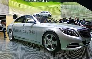 S Plug-in-Hybrid: Das Mercedes-Flaggschiff mit würdigen 440 PS Gesamtleistung wird ab nächstem Jahr auf 3,0 l / 100 km Normverbrauch kommen. E-Reichweite: rund 30 Kilometer.