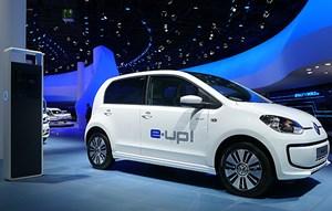 VW up! mit E-Antrieb harmoniert ähnlich gut wie im Smart. Drei-Euro-Auto, sagt VW: Kosten je 100 km Fahrt nämlich. Ab Anfang 2014.
