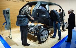 Schallplatten als Pneus? Energiesparreifen helfen mit, dem i3 eine Reichweite von 130 bis 160 Kilometer zu ermöglichen. Markteinführung feiert der 170 PS starke Elektro-BMW noch heuer im November.